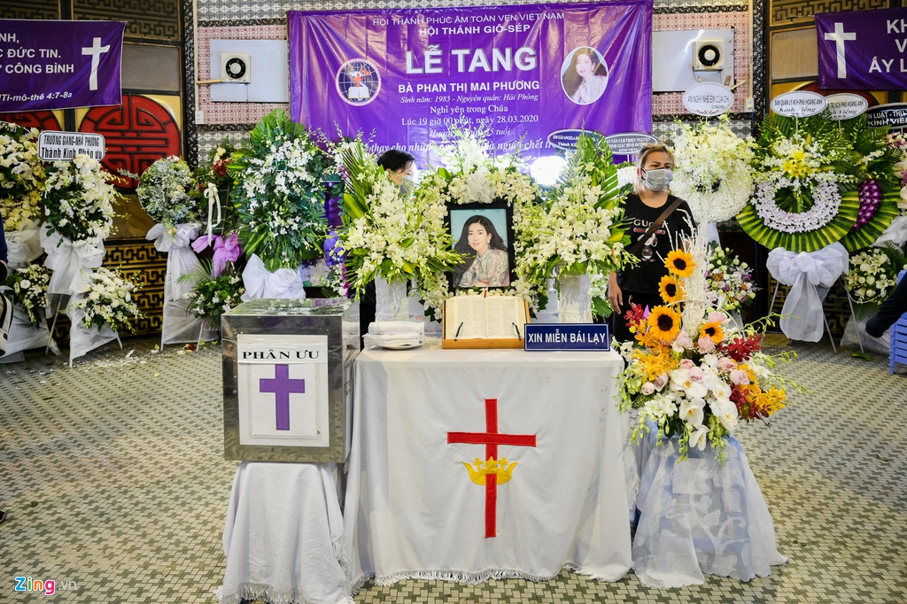 Trương Quỳnh Anh, Ốc Thanh Vân khóc đưa tiễn Mai Phương về nơi an nghỉ - Ảnh 1