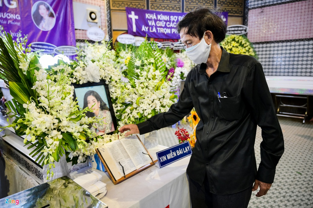 Trương Quỳnh Anh, Ốc Thanh Vân khóc đưa tiễn Mai Phương về nơi an nghỉ - Ảnh 4