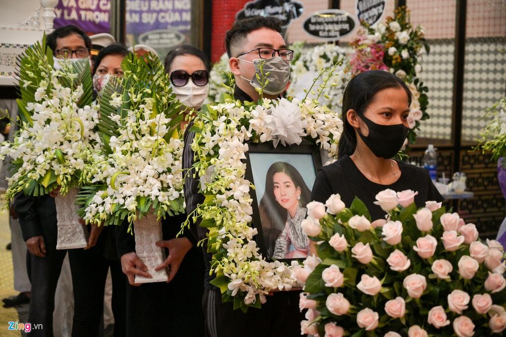 Trương Quỳnh Anh, Ốc Thanh Vân khóc đưa tiễn Mai Phương về nơi an nghỉ - Ảnh 9