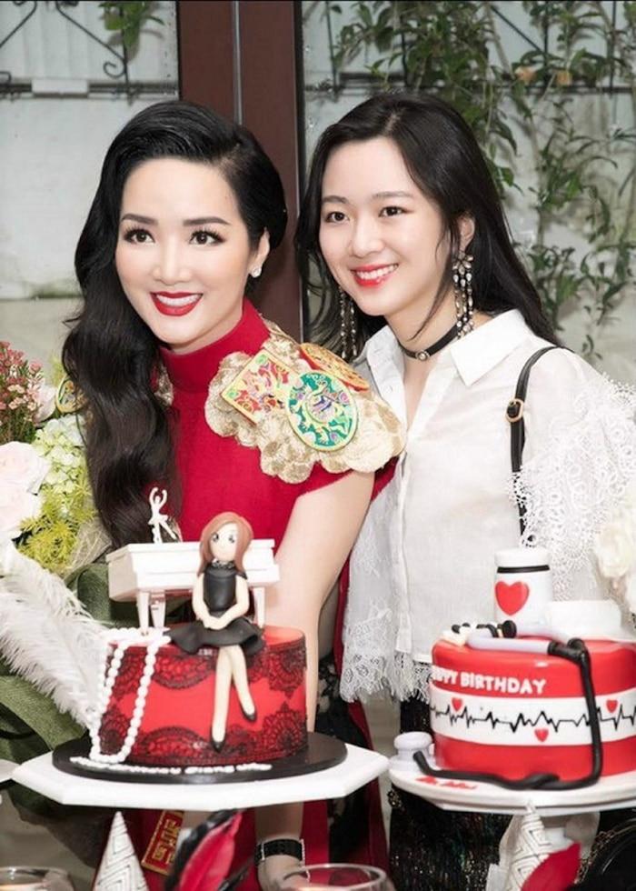 Hiếm hoi xuất hiện bên mẹ, con gái Hoa hậu Giáng My gây chú ý vì nhan sắc 'khác lạ' - Ảnh 2