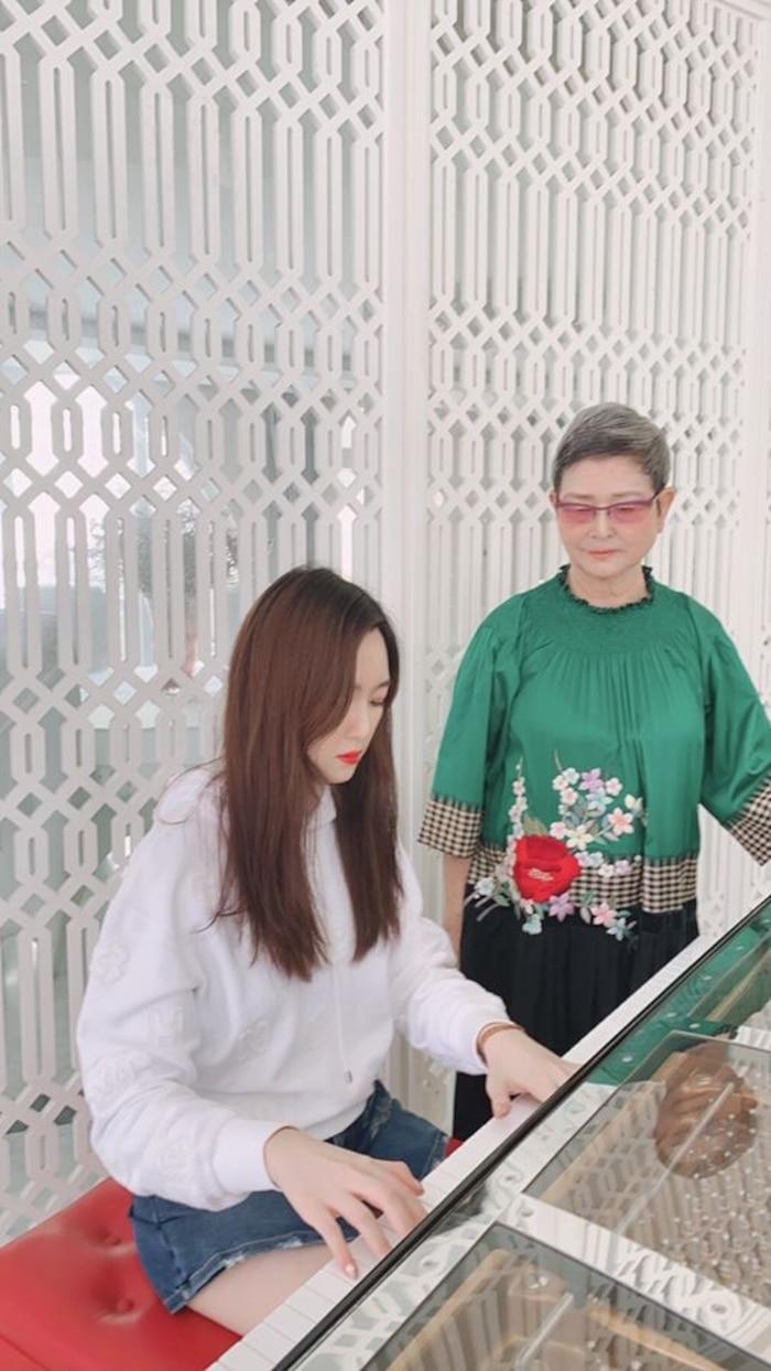 Hiếm hoi xuất hiện bên mẹ, con gái Hoa hậu Giáng My gây chú ý vì nhan sắc 'khác lạ' - Ảnh 4