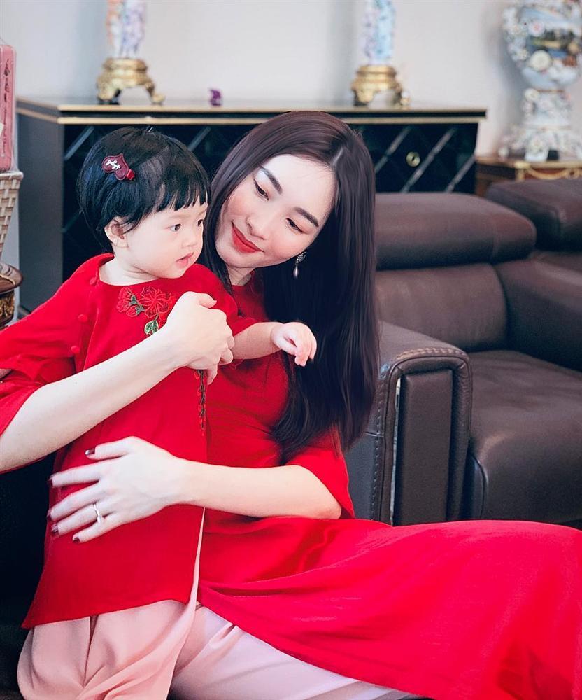 Ái nữ 2 tuổi nhà Đặng Thu Thảo gây sốt với khoảnh khắc mát-xa cho bố - Ảnh 3
