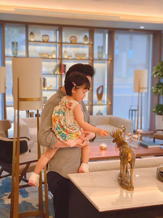 Ái nữ 2 tuổi nhà Đặng Thu Thảo gây sốt với khoảnh khắc mát-xa cho bố - Ảnh 4