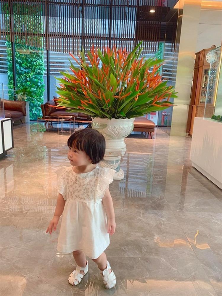 Ái nữ 2 tuổi nhà Đặng Thu Thảo gây sốt với khoảnh khắc mát-xa cho bố - Ảnh 5