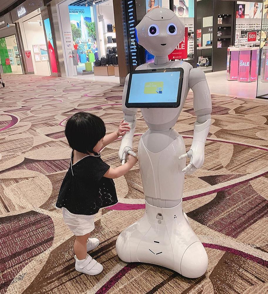 Ái nữ 2 tuổi nhà Đặng Thu Thảo gây sốt với khoảnh khắc mát-xa cho bố - Ảnh 6
