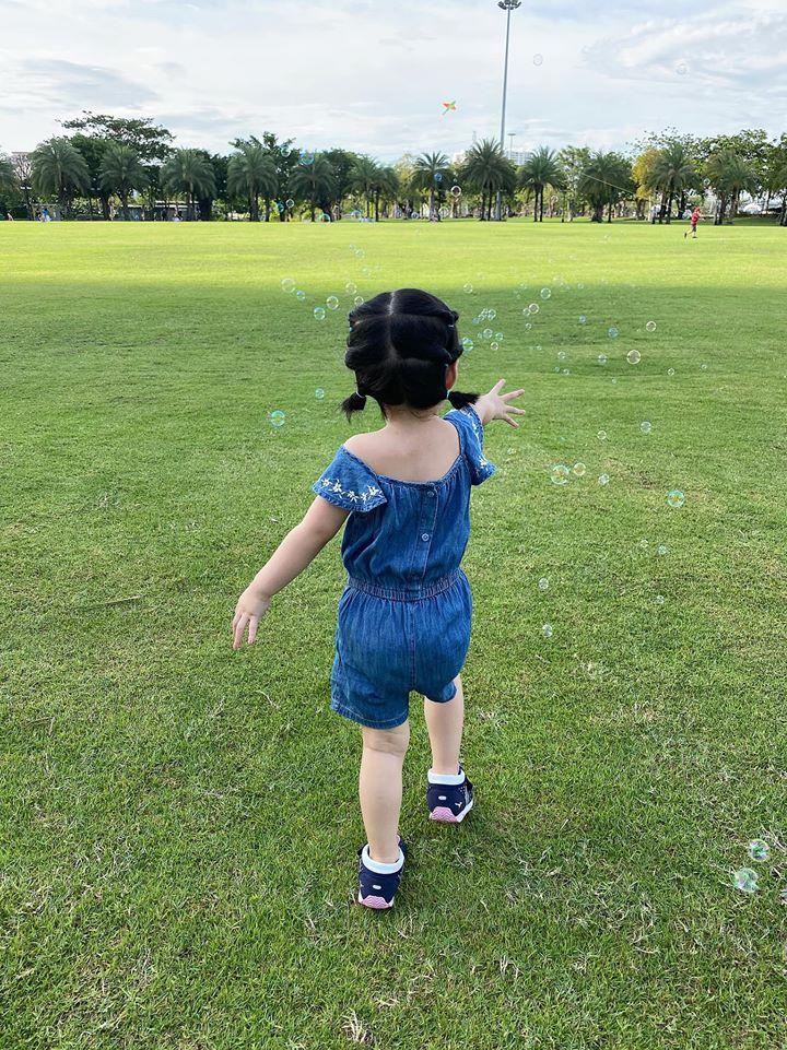 Ái nữ 2 tuổi nhà Đặng Thu Thảo gây sốt với khoảnh khắc mát-xa cho bố - Ảnh 7