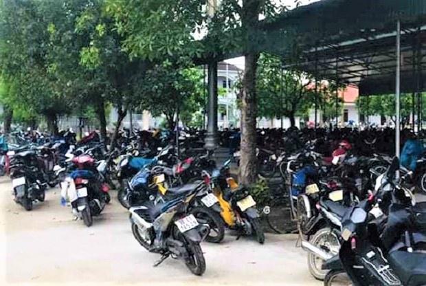 Hàng trăm người đi lễ nhà thờ ở Hà Tĩnh trong dịch Covid-19 - Ảnh 2
