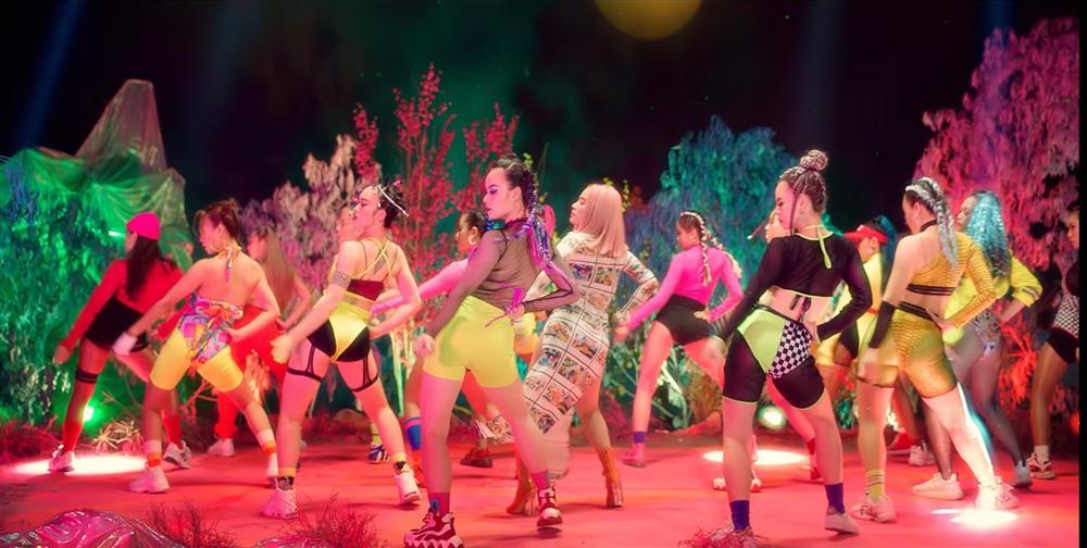 Hoàng Thùy Linh bị dân mạng chỉ trích vì mặc 'áo dài không quần' trong MV mới - Ảnh 6