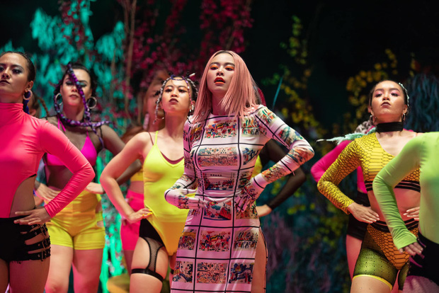 Hoàng Thùy Linh bị dân mạng chỉ trích vì mặc 'áo dài không quần' trong MV mới - Ảnh 8