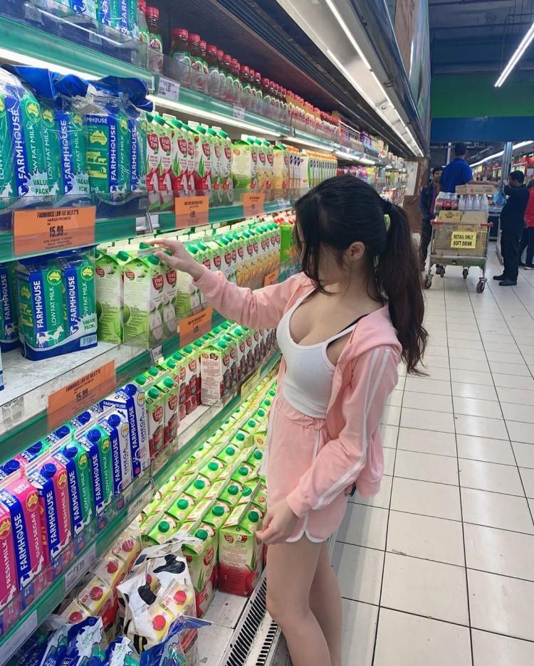 Bị chụp lén khi đi siêu thị, gái xinh nhận tin nhắn 'cháy máy' vì điều này - Ảnh 1