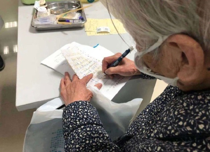 Mẹ 90 tuổi chăm con nhiễm nCoV - Ảnh 1