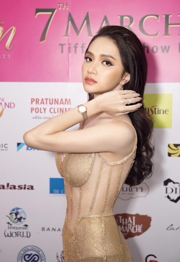 Hoa hậu Hương Giang lộ vòng 1 'bên phồng bên xẹp' và cả nội y thấp thoáng - Ảnh 3