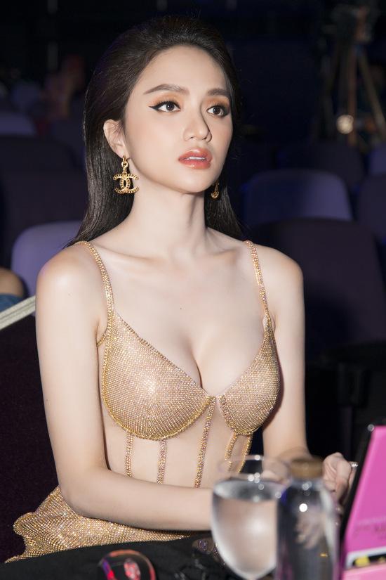 Hoa hậu Hương Giang lộ vòng 1 'bên phồng bên xẹp' và cả nội y thấp thoáng - Ảnh 6
