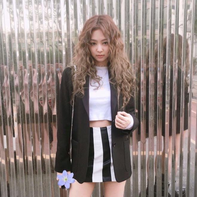 Lăng xê mái tóc xoăn xù mì kiểu bà thím, sao Hàn mới thực sự xinh đẹp? - Ảnh 1