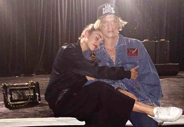 Bạn trai vào viện thăm Miley Cyrus - Ảnh 2