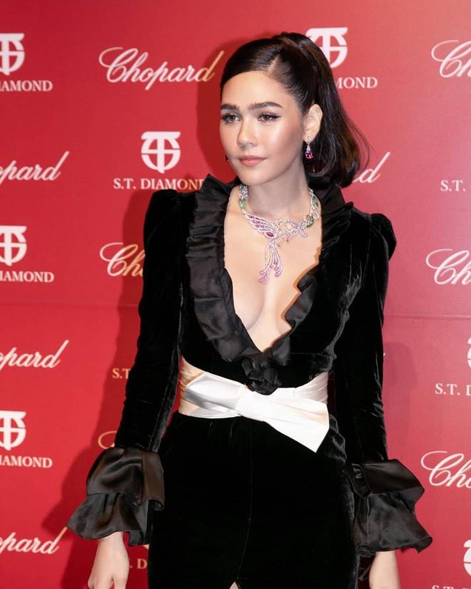 Biểu tượng gợi cảm Thái Lan diện váy khoét cổ sâu - Ảnh 2