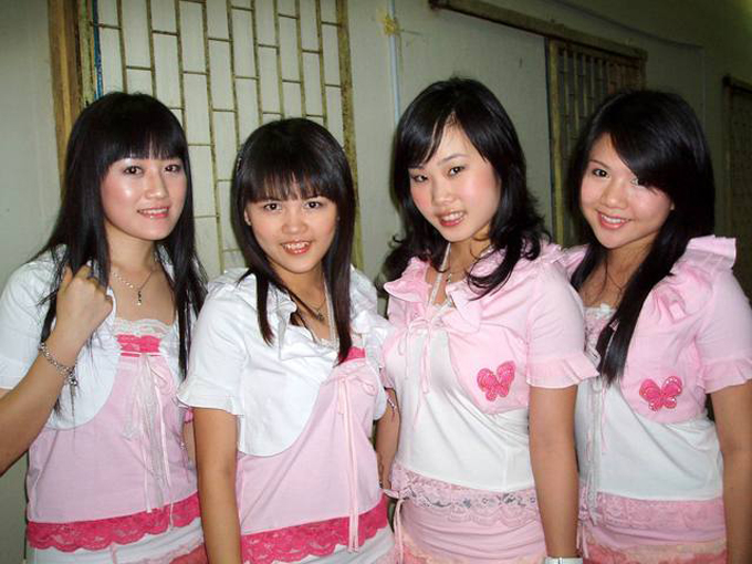 Samantha (thứ hai từphải sang) khi còn trong nhóm nhạc Four Golden Princess.