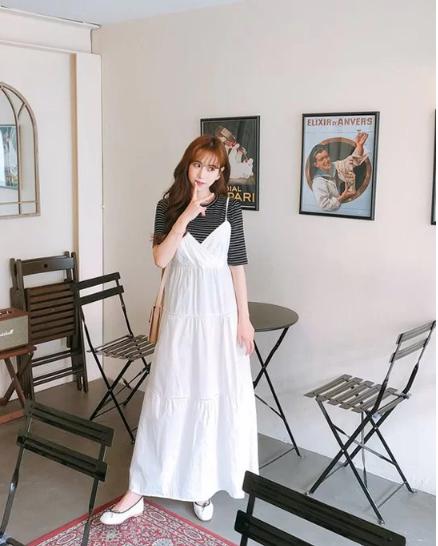 Cách 'biến' váy hai dây thành món đồ thanh lịch - Ảnh 1