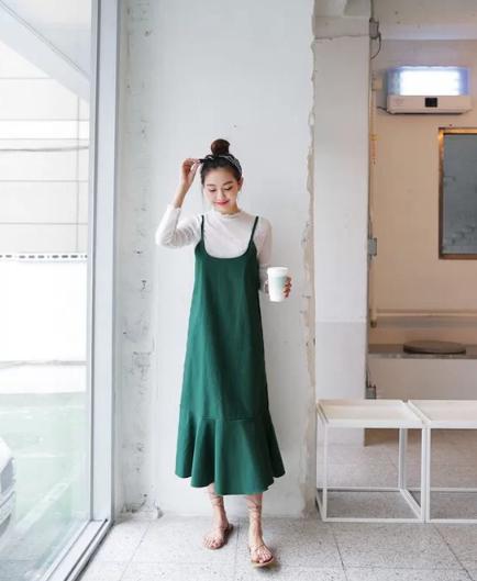 Cách 'biến' váy hai dây thành món đồ thanh lịch - Ảnh 2