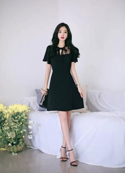 Cách tránh 'già trước tuổi' khi diện trang phục đen - Ảnh 10