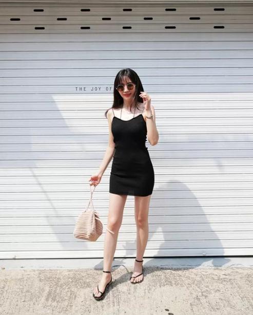 Cách tránh 'già trước tuổi' khi diện trang phục đen - Ảnh 4