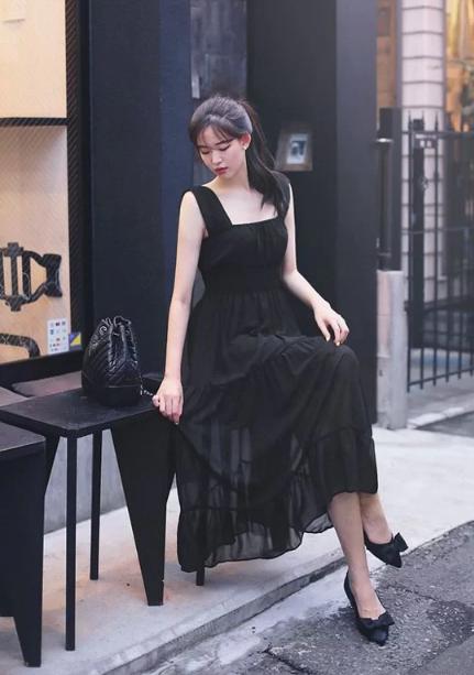 Cách tránh 'già trước tuổi' khi diện trang phục đen - Ảnh 7