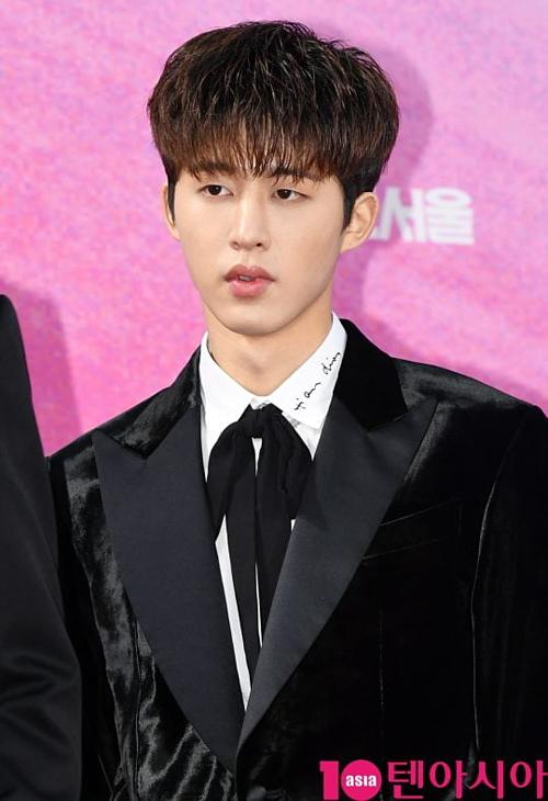 B.I sinh năm 1996, là trưởng nhóm iKON, boygroup thuộc YG.