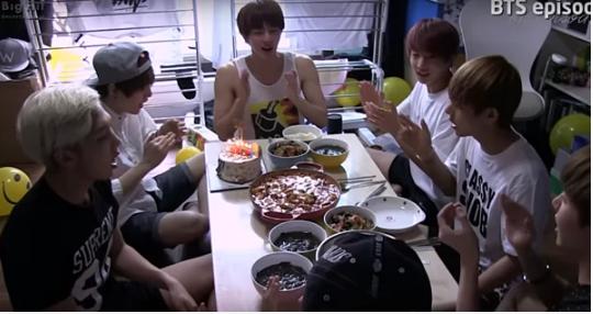 Câu chuyện BTS dùng món đồ cũ suốt 5 năm khiến fan rơi nước mắt - Ảnh 1