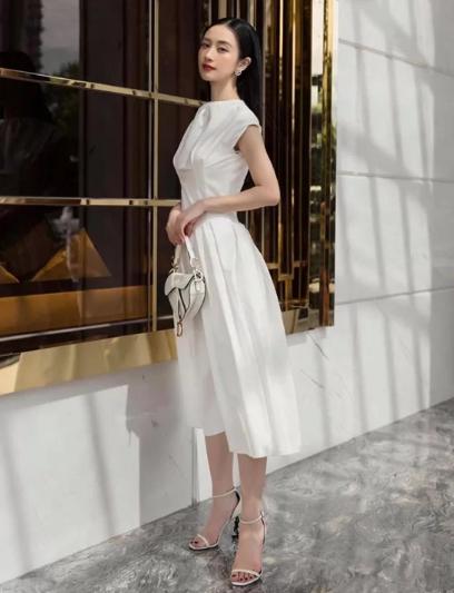 Chọn váy đi chơi lễ đúng mùa như sao Việt - Ảnh 5