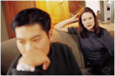 Anh bực dọc yêu cầu vợ thay đổi, rút ra khỏi mạng lưới doanh nhân đồng thời đưa ra những quy tắc mới mà vợ không nên vi phạm