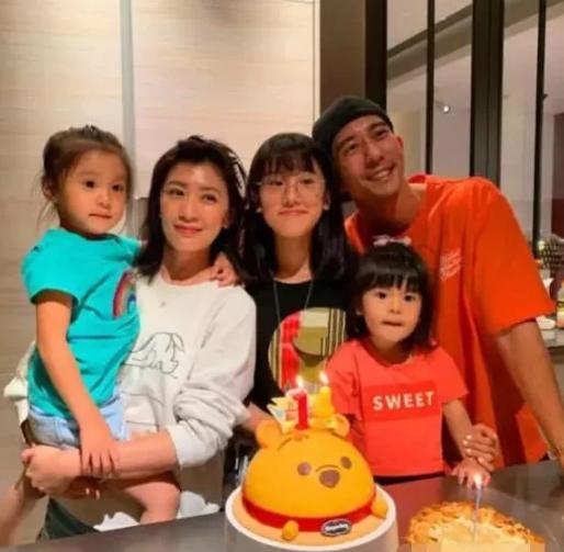 Con gái Giả Tịnh Văn lần đầu gọi cha dượng là 'bố' sau 6 năm - Ảnh 3