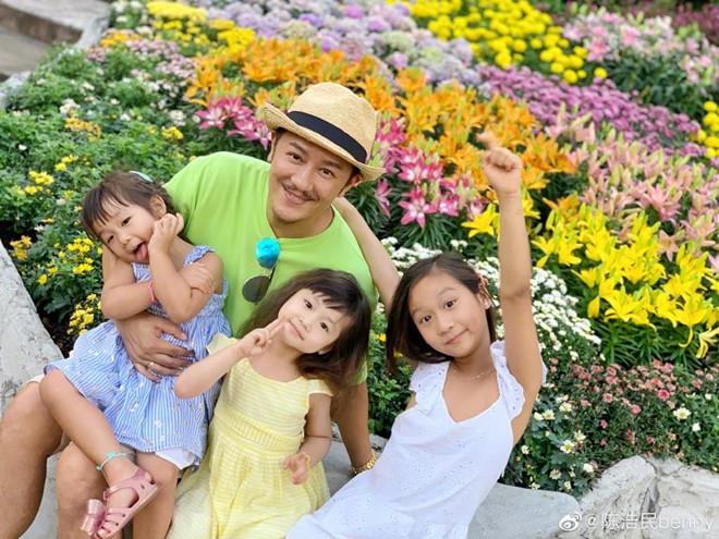 Nam diễn viên Trần Hạo Dân vui vẻ, hạnh phúc bên các con.