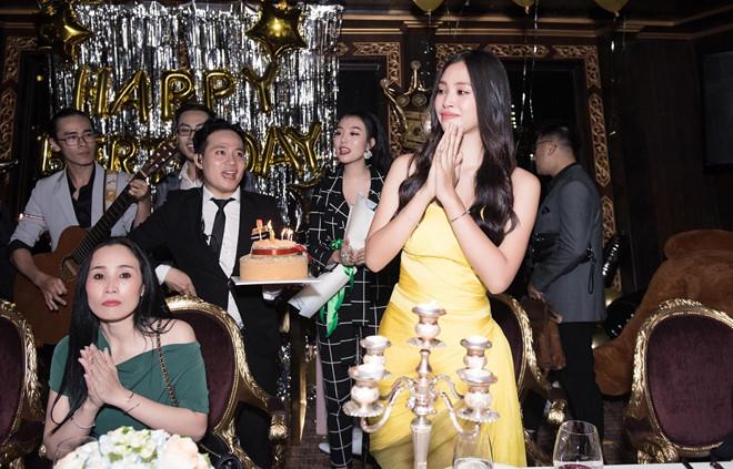 Hoa hậu Tiểu Vy khóc khi đón sinh nhật tuổi 19 bên mẹ - Ảnh 1