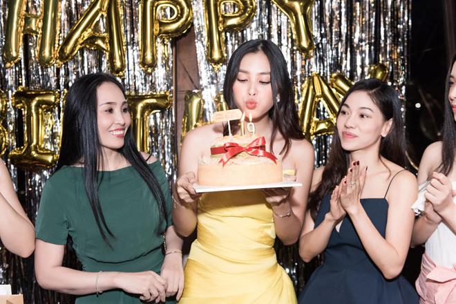 Hoa hậu Tiểu Vy khóc khi đón sinh nhật tuổi 19 bên mẹ - Ảnh 2