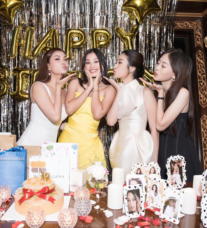 Hoa hậu Tiểu Vy khóc khi đón sinh nhật tuổi 19 bên mẹ - Ảnh 4