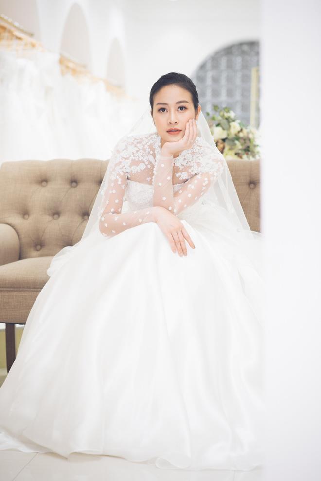 Trong ngày cưới Phí Linh diện mẫu đầm cưới tối giản của Đỗ Mạnh Cường có điểm nhấn là đóa hoa hồng to bản trước ngực, không đính kết cầu kỳ theo xu hướng váy cưới tối giản đang 'làm mưa làm gió' trên thế giới.