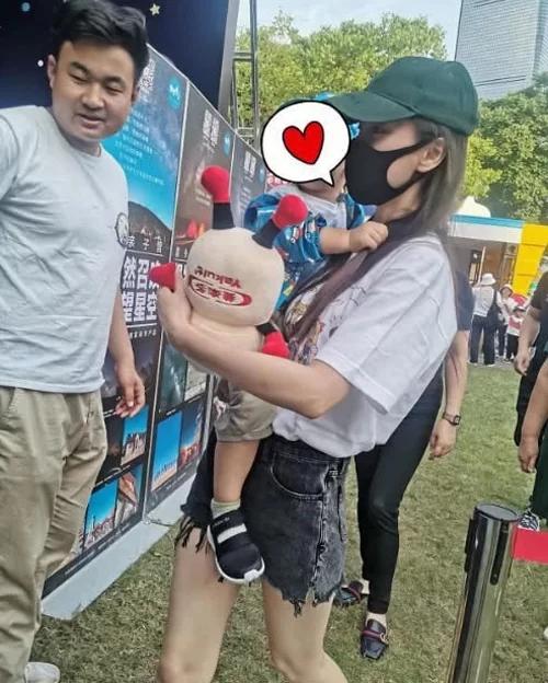 Angelababy và con trai tham dự một sự kiện ngoài trời, Hiểu Minh không có mặt.