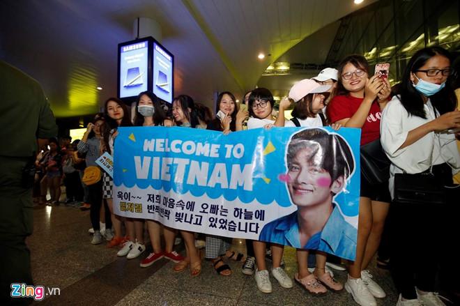 Ji Chang Wook cười vui vẻ, Super Junior kẹt giữa vòng vây của fan Việt - Ảnh 1