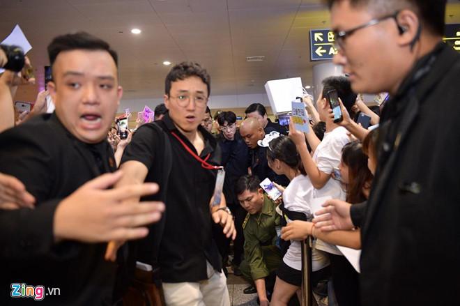 Ji Chang Wook cười vui vẻ, Super Junior kẹt giữa vòng vây của fan Việt - Ảnh 4