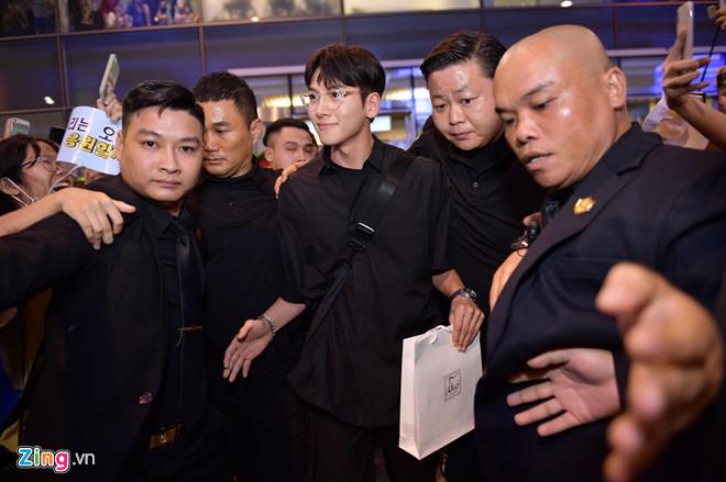 Ji Chang Wook cười vui vẻ, Super Junior kẹt giữa vòng vây của fan Việt - Ảnh 5