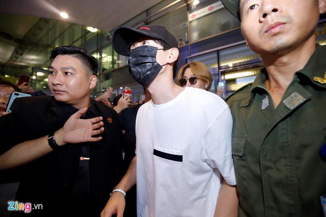 Ji Chang Wook cười vui vẻ, Super Junior kẹt giữa vòng vây của fan Việt - Ảnh 6
