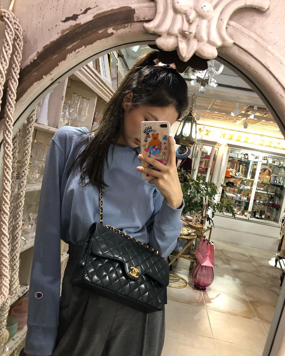 Jennie tạo cùng 1 kiểu ảnh với Yeri để khoe nhẹ túi Chanel