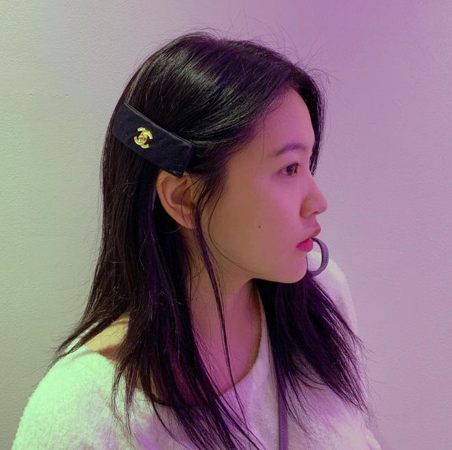 Yeri kẹp 1 chiếc kẹp Chanel, và đây cũng là cách Jennie tạo điểm nhấn trên tóc