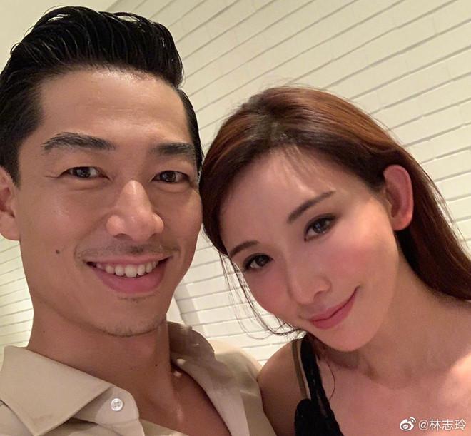 Lâm Chí Linh chia sẻ hình ảnh hạnh phúc bên chồng trẻ, nam ca sĩ Akira. Tin tức Lâm Chí Linh kết hôn đang đứng thứ nhất chủ đề được bàn tán trên mạng xã hội Weibo.