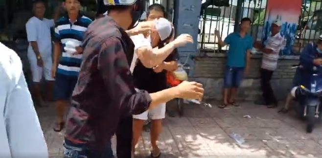 Lê Dương Bảo Lâm bị đánh khi đang phát cơm từ thiện Phía nam diễn viên hài xác nhận bị một người đàn ông hành hung khi đang phát cơm trước cổng Bệnh viện Ung bướu TP.HCM.