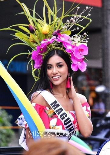Các thí sinh hoa hậu diễu hành trên phố trong lễ Santacruzan hồi tháng 5.