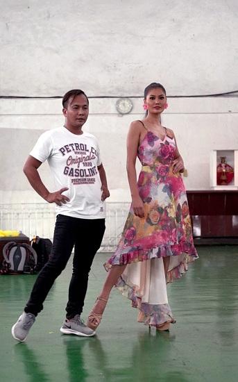 Một buổi đào tạo hoa hậu của Rodgil Flores (trái).