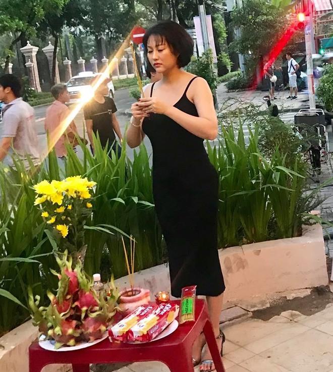 Mai Phương Thúy và sao Việt bị chê mặc phản cảm khi cúng Tổ nghề - Ảnh 1