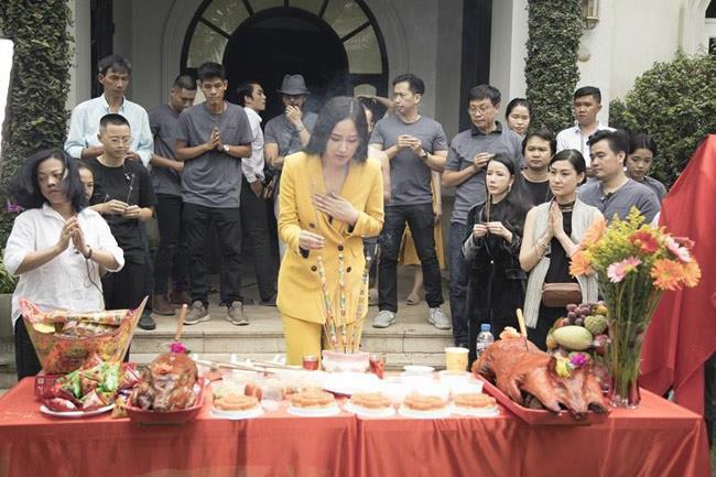 Mai Phương Thúy và sao Việt bị chê mặc phản cảm khi cúng Tổ nghề - Ảnh 4