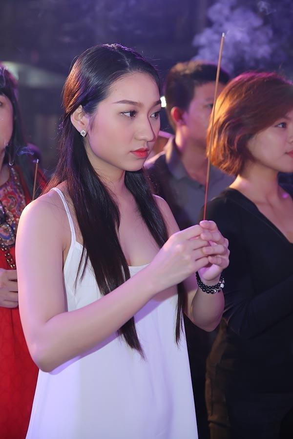 Mai Phương Thúy và sao Việt bị chê mặc phản cảm khi cúng Tổ nghề - Ảnh 6